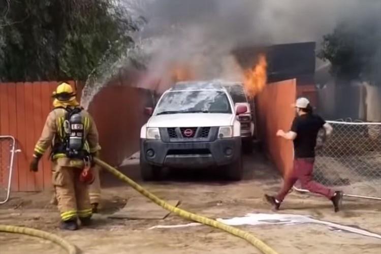 火事により民家が全焼…取り残された愛犬を助けるため、飼い主が無謀にも火に飛び込んでいき…