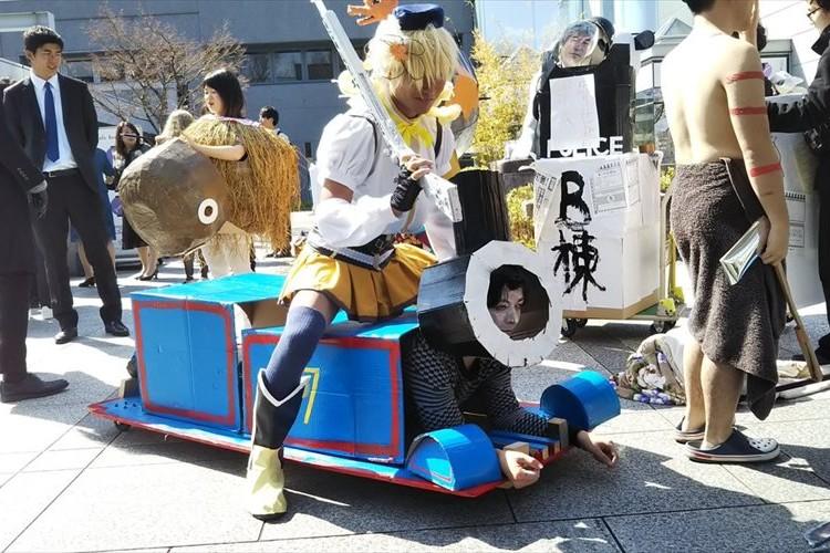 京都大学の卒業式がカオスすぎる!「むしろ京大はこうでないと」「ちょうどいい悪ふざけが心地よい」