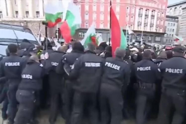 なんてこった…警察隊がデモ隊に催涙スプレーを噴射するも、タイミング悪く逆風が吹いて想定外の展開に!