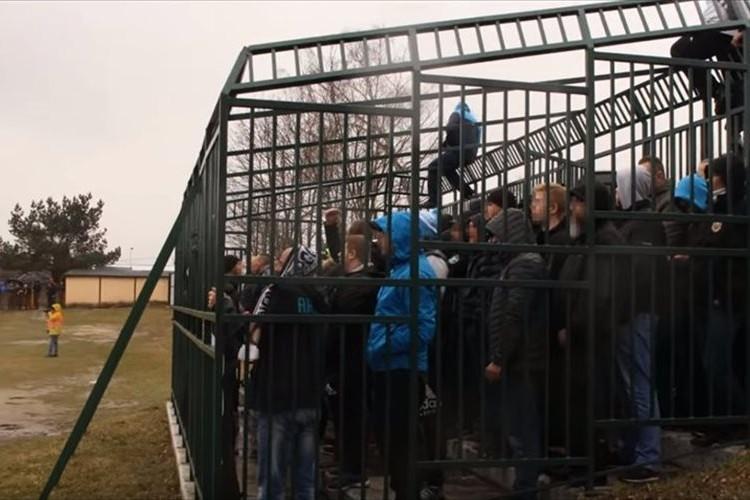 椅子もない檻の中に閉じ込められて観戦!?ポーランドのサッカースタジアムに批判の声
