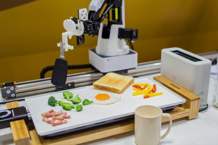 """目覚める時間に合わせて""""朝食を自動調理してくれるロボット""""を東大インターン生チームが開発!"""