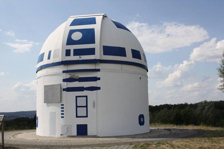 ドイツに巨大な「R2-D2」が誕生!熱狂的ファンの大学教授が天文台をスター・ウォーズに変身させる