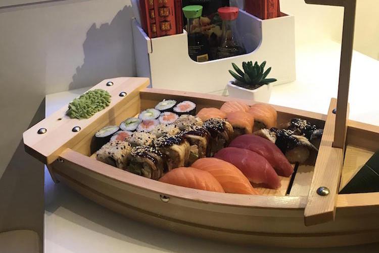 食べづらい...。レストランでお寿司を食べようとしたら、お魚さんたちに見つめられた