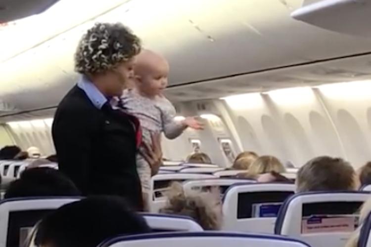 出発前に機嫌が悪くなった赤ちゃん、母親の代わりに抱っこしたCAさんの対応が素晴らしい!