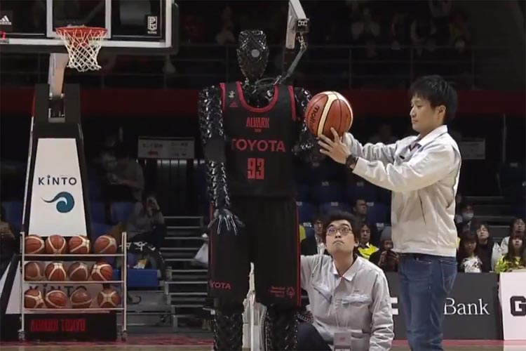 """「AIバスケットボールロボット""""CUE3""""」が公開!センターサークルからの超ロングシュートの結果は…?"""