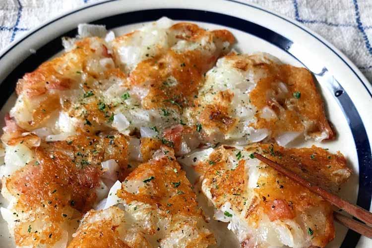 チーズのカリカリがたまらない!新玉ねぎの料理「ハッシュドオニオンチーズ」のレシピが話題に