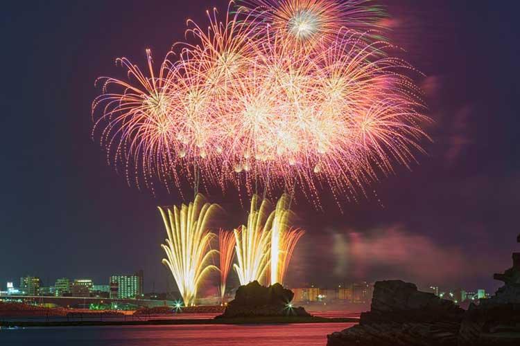 """海開きに打ち上げ花火!透き通った波打ち際…""""沖縄""""の景色は一足先に夏模様だった!"""