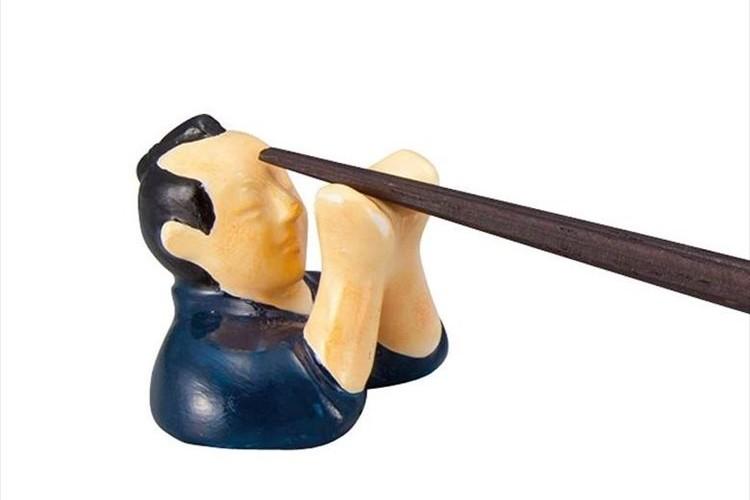 サムライが箸を真剣 白刃取り!先がちょこんと頭に当たっちゃっているユニークな箸置き