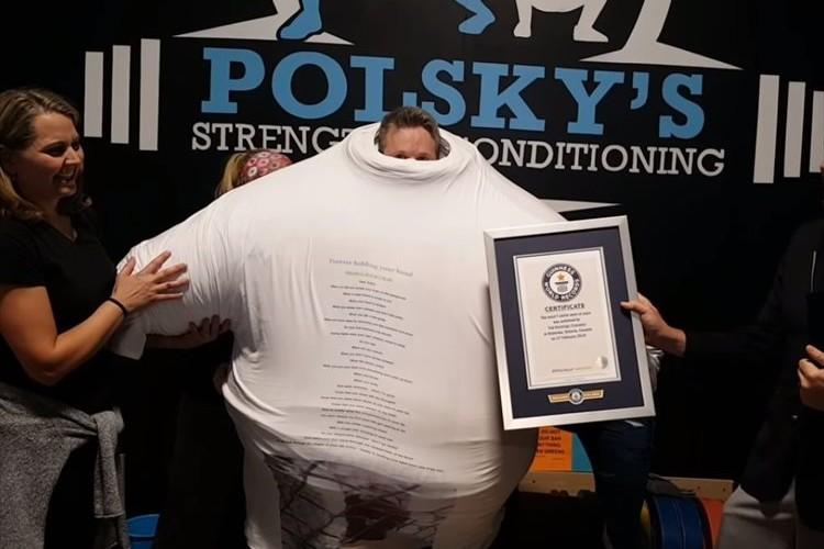 """なんと260枚を重ね着!""""一度に着たTシャツの枚数""""でギネス世界記録を更新!"""