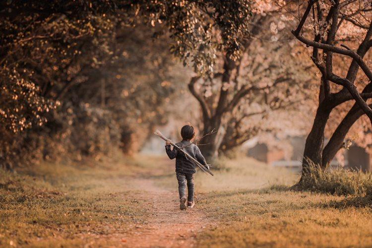 """子供の成長を感じさせる""""背中""""をクローズアップした2枚の写真に反響「こういう写真を残してあげたい」"""