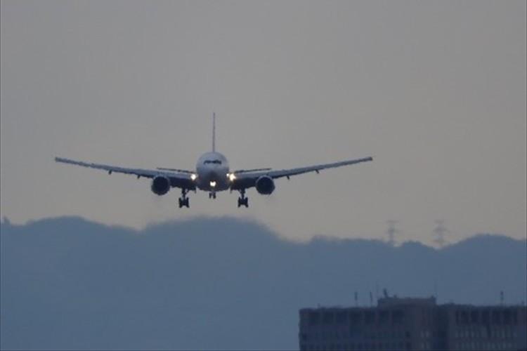 前輪が出ないトラブルに見舞われた旅客機が、前輪なしで着陸に成功!窮地を救ったパイロットに称賛の声