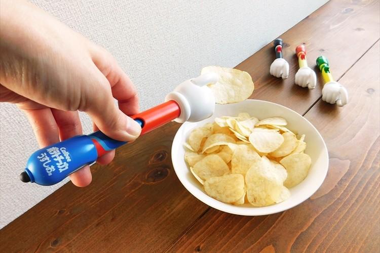"""スマホの画面も手も汚さないで済む!""""ポテトチップスを食べられるタッチペン""""が新発売!"""