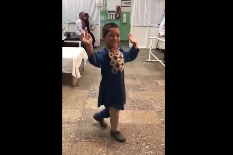 「悲しいけれど幸せな瞬間」地雷で足を失った男児が義足を装着。嬉しくて踊り出す姿に反響