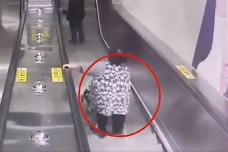 エスカレーターの上から凄い勢いでスーツケースが転がり落ちてくるも、女性に激突する瞬間に勇者が現る!
