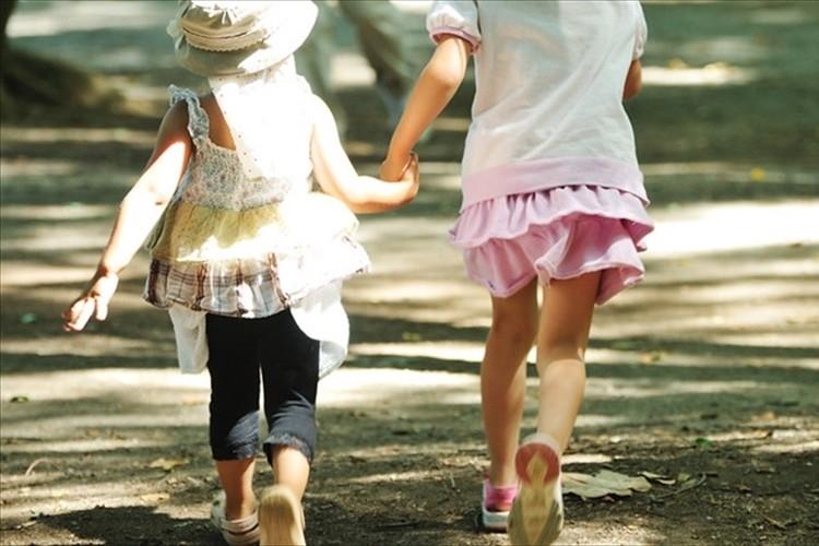 この規則は幼稚園児に必要なのか?サマードレス着用がNGとされ、Tシャツに着替えさせられる事案が話題に