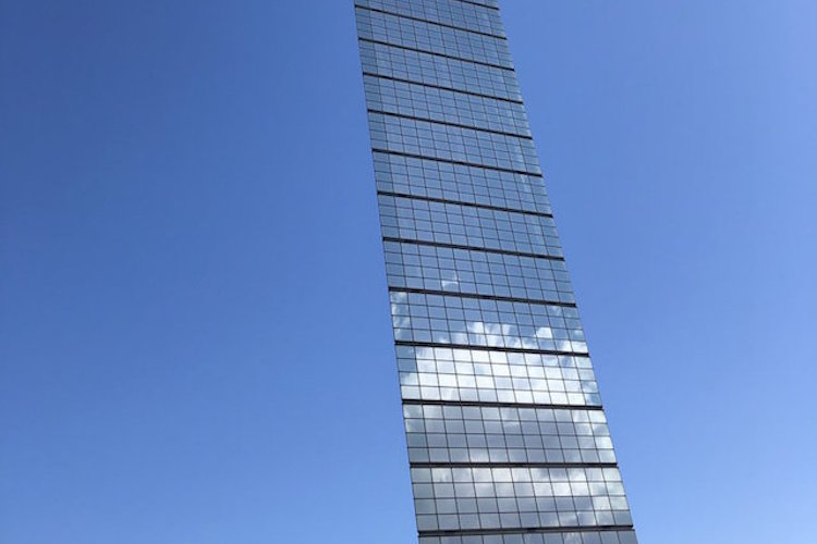 """すごくペラッペラに見える(笑)千葉ポートタワーを撮ったら、""""定規を空に掲げてる写真""""みたいになった"""