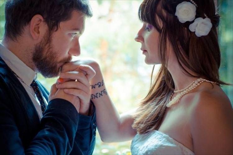 手の甲にキスする心理は尊敬?他にもいろんな意味が!キスする場所で男の心理がわかる!