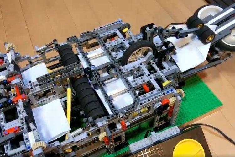 レゴブロックで作った『紙飛行機自動折り機』が凄すぎる!紙飛行機が次々に折られて飛び立つ光景は必見!