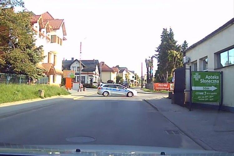車体を横向きにして他の車を通行止めするパトカー…まさかの理由にほっこり