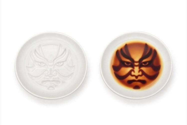 """にらまれているんですけど… 醤油を注ぐと""""歌舞伎の隈取""""が浮かび上がる醤油皿が面白い!"""