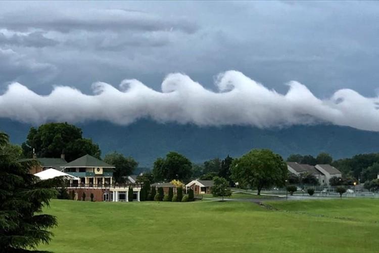 「サーフィンができそうな雲だ」「絵画みたい」アメリカの空に出現した波のような雲が話題に!
