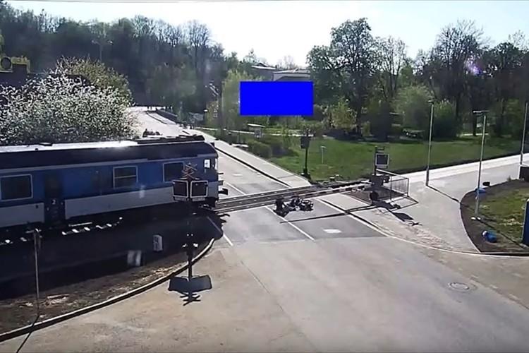 バイクに乗っていた高齢者が転倒して線路内へ…電車に轢かれる直前で救世主が現る!