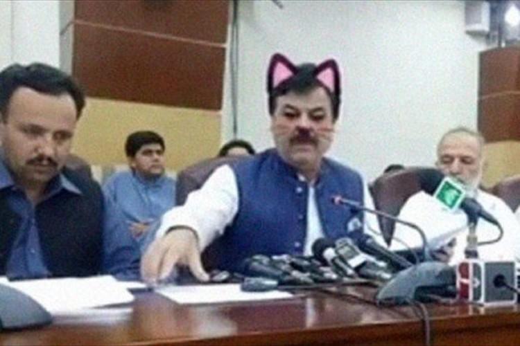 パキスタンの政治家が「猫耳フィルター」を有効にしたまま、記者会見を生中継してしまう珍事が話題に!