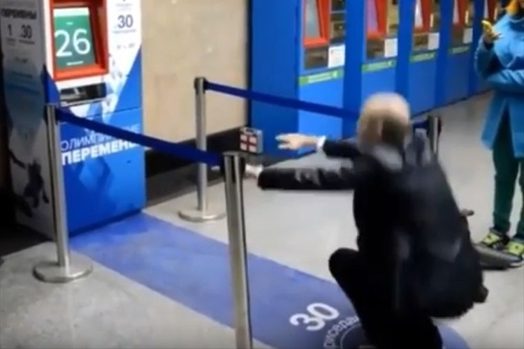 """運動不足も解消!?モスクワの地下鉄が""""30回スクワットをすれば切符が無料""""になるキャンペーンを展開"""