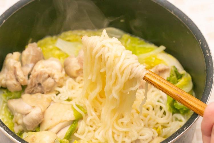 究極にだし感ある「サッポロ一番」の食べ方が話題に!白菜の水と蒸気で作るラーメンに思わずよだれ…