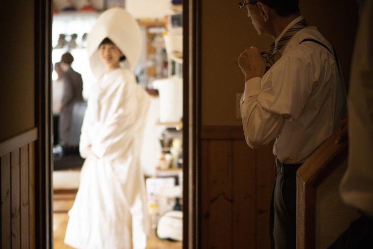 娘の笑顔と父の緊張した姿がステキ…「結婚式直前の準備風景」を写した1枚の写真に感動