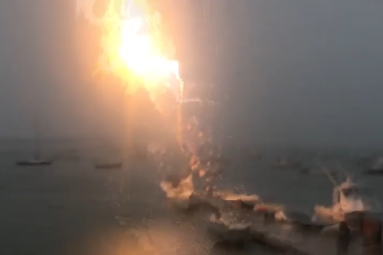 【衝撃映像】落雷がボートに直撃!恐怖の決定的瞬間をとらえた映像が話題に