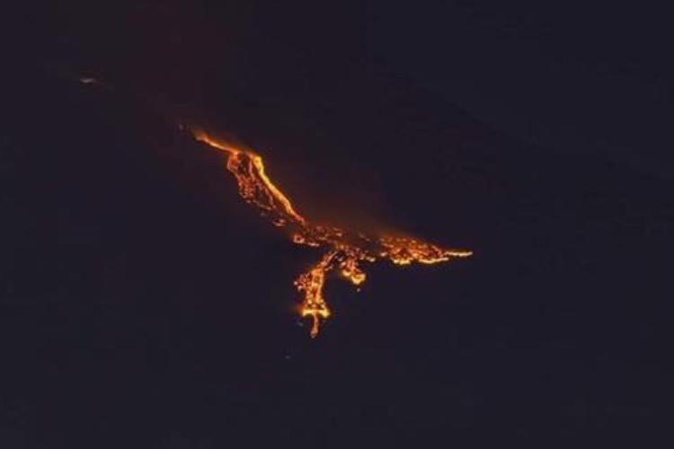 恐ろしくも幻想的...イタリアのエトナ山の噴火がフェニックスのようだと話題に