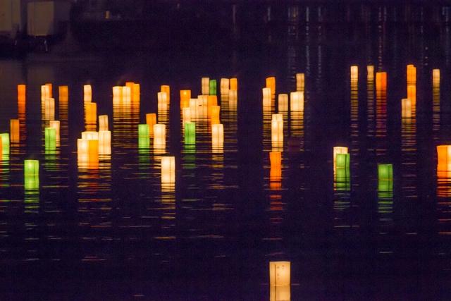 【灯篭流し】水に浮かぶ姿が幻想的な行事は、いつ・どこで・どんな意味で行われるの?