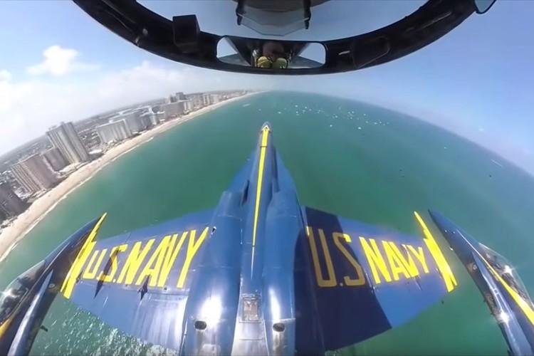 こんなに接近するんだ…4機の『ブルーエンジェルス』のアクロバット飛行を撮影した視点映像がド迫力!