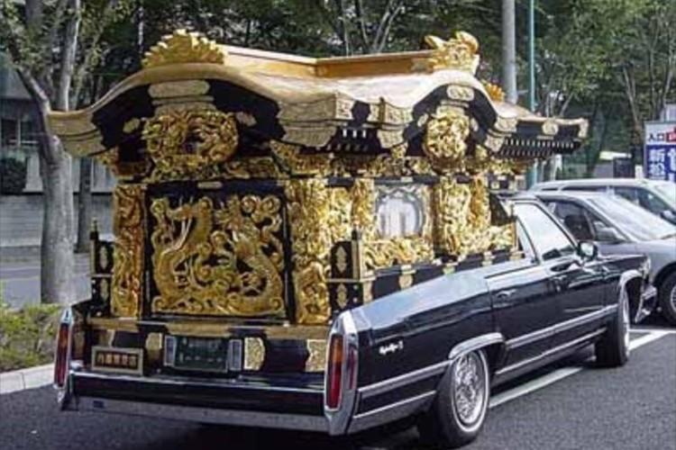 かつては街中で見かけた霊柩車…最近あまり見かけなくなった理由とは?