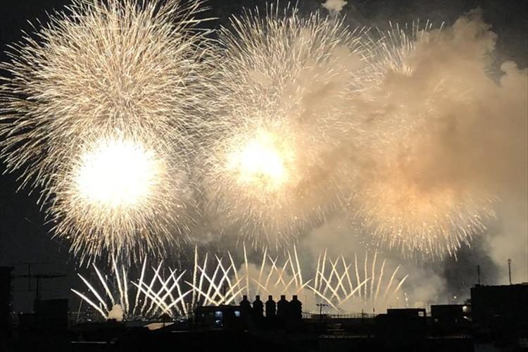 花火を並んで眺めている5人組…青春アニメのワンシーンのようだと思いきや、驚愕の事実が発覚!
