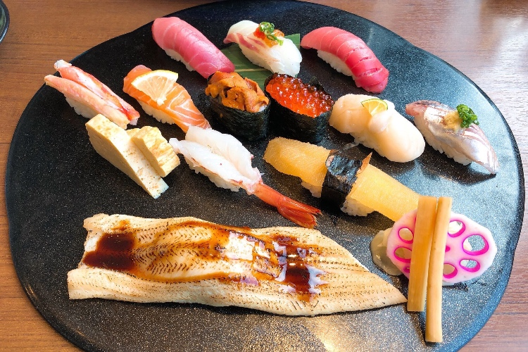 言われてみればたしかにそうかも!?お寿司にまつわる利き手の話に共感の声多数!