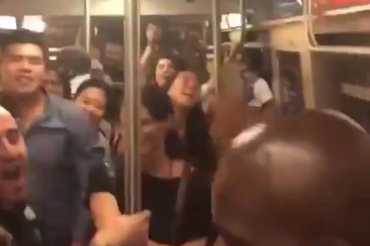 地下鉄内で乗客が大合唱する驚きの光景!「ニューヨークが好きな理由」がココに全部詰まってる