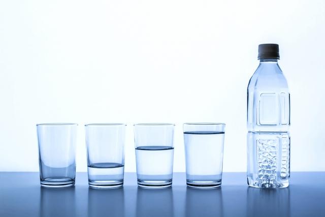 量が違うコップの水