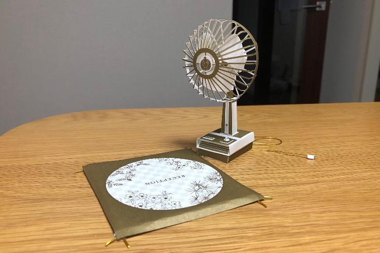 クオリティ高すぎ!式次第の台紙で作った扇風機と座布団がすごいと話題に
