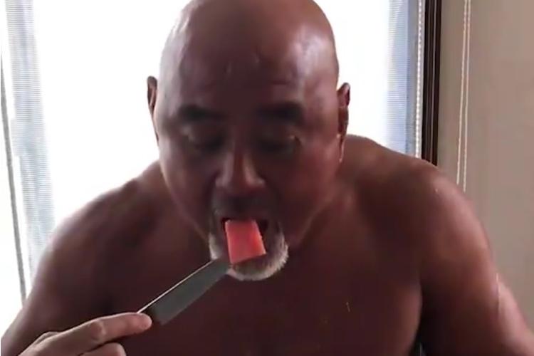 まるで狩猟民族!!プロレスラー武藤のスイカの食べ方がめちゃくちゃワイルド(笑)