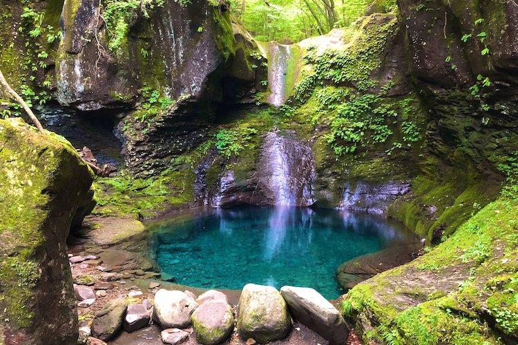 「ツーリング中に凄い所見つけてしまった」身も心も癒される栃木県の『おしらじの滝』が神秘的で美しい