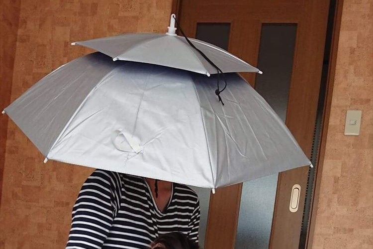 通販で購入した「かぶる傘」、両手があいて超快適なのにただ一つ問題が・・