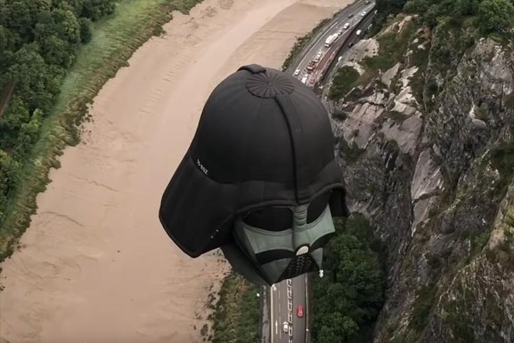 帝国のマーチが聞こえてきそう…ダース・ベイダーをモチーフとした熱気球がインパクトありすぎ
