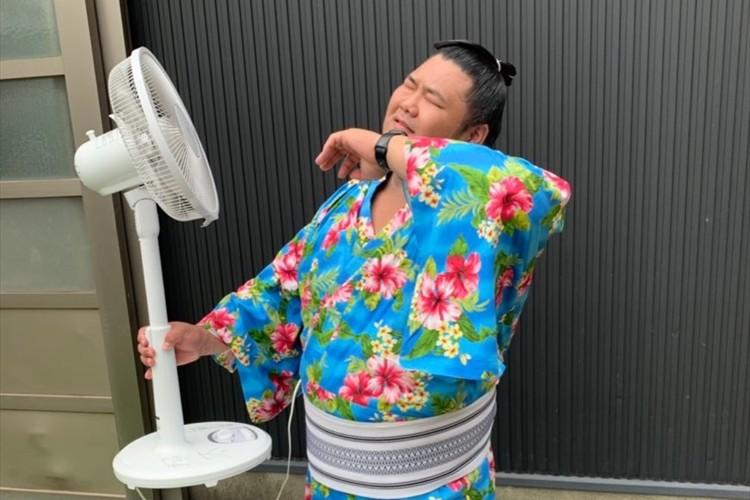 力士用ハンディファンにツッコミの嵐!「ただの扇風機や(笑)」「電源をお腹から供給?」