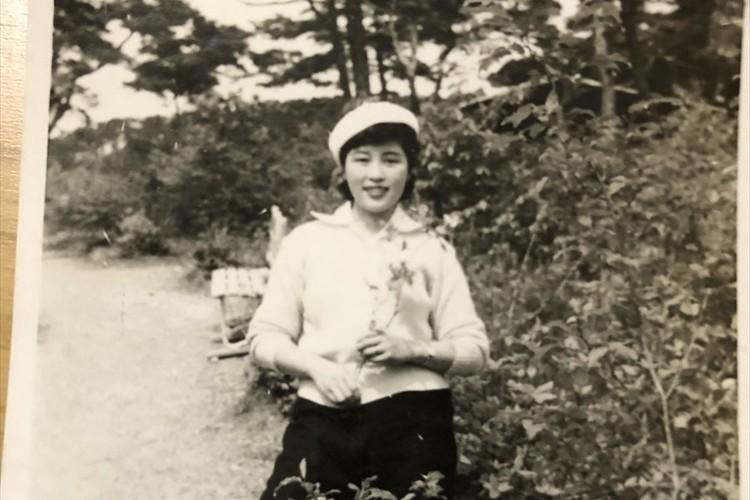 松本人志が公開した母・秋子さんの若い頃の写真に反響「綺麗!」「お母さん思いが伝わってきます」
