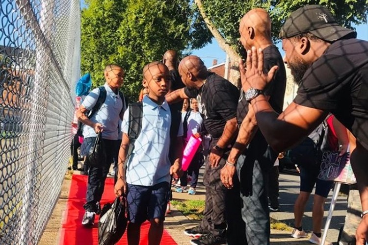 夏休み明けで不安な子供たちを勇気づけるため、校門の前に集まった父親達の行動が話題に!
