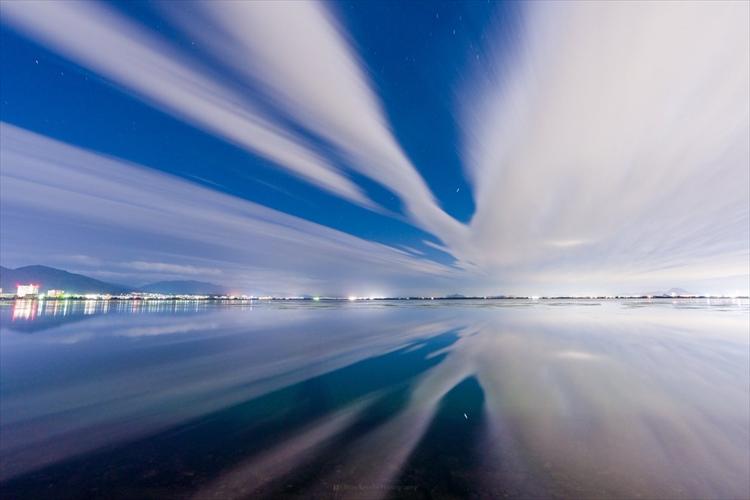 「美しい瞬間。わずか5分程度でした」夜の琵琶湖で撮影した幻想的な光景が話題に!