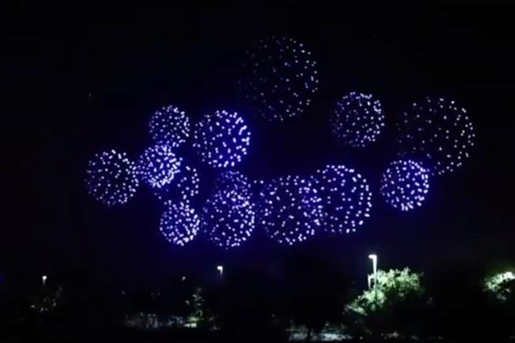2,000機以上のドローンを駆使した花火のような演出が話題に!「ドローンって、こんな事まで出来るんだ」