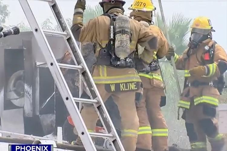 非番の消防士が火災を発見!屋内にワンコが取り残されている事に気づき、火傷を負いながらも救助!